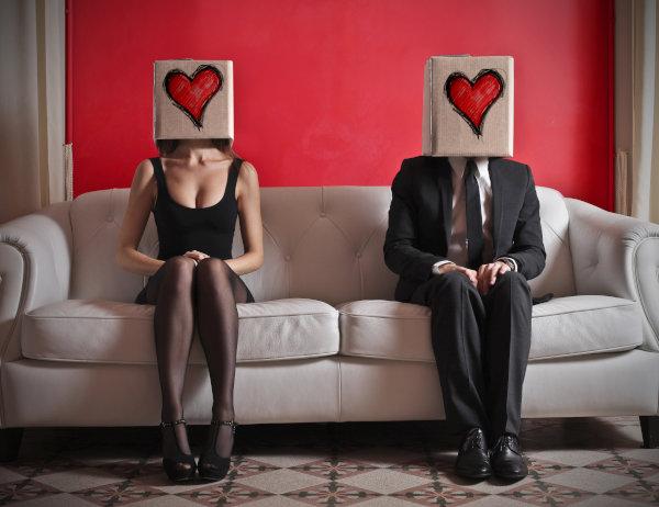 お互い顔や素性が分からない男女が出逢い系サイトでカップルになる