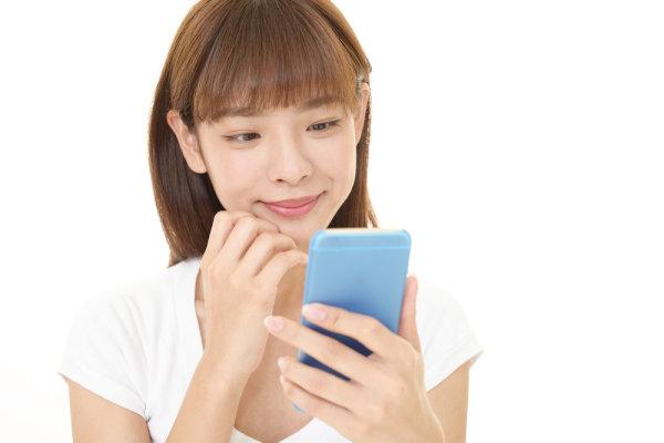 出逢いアプリで意中の男性とメッセージ交換を楽しむ女性
